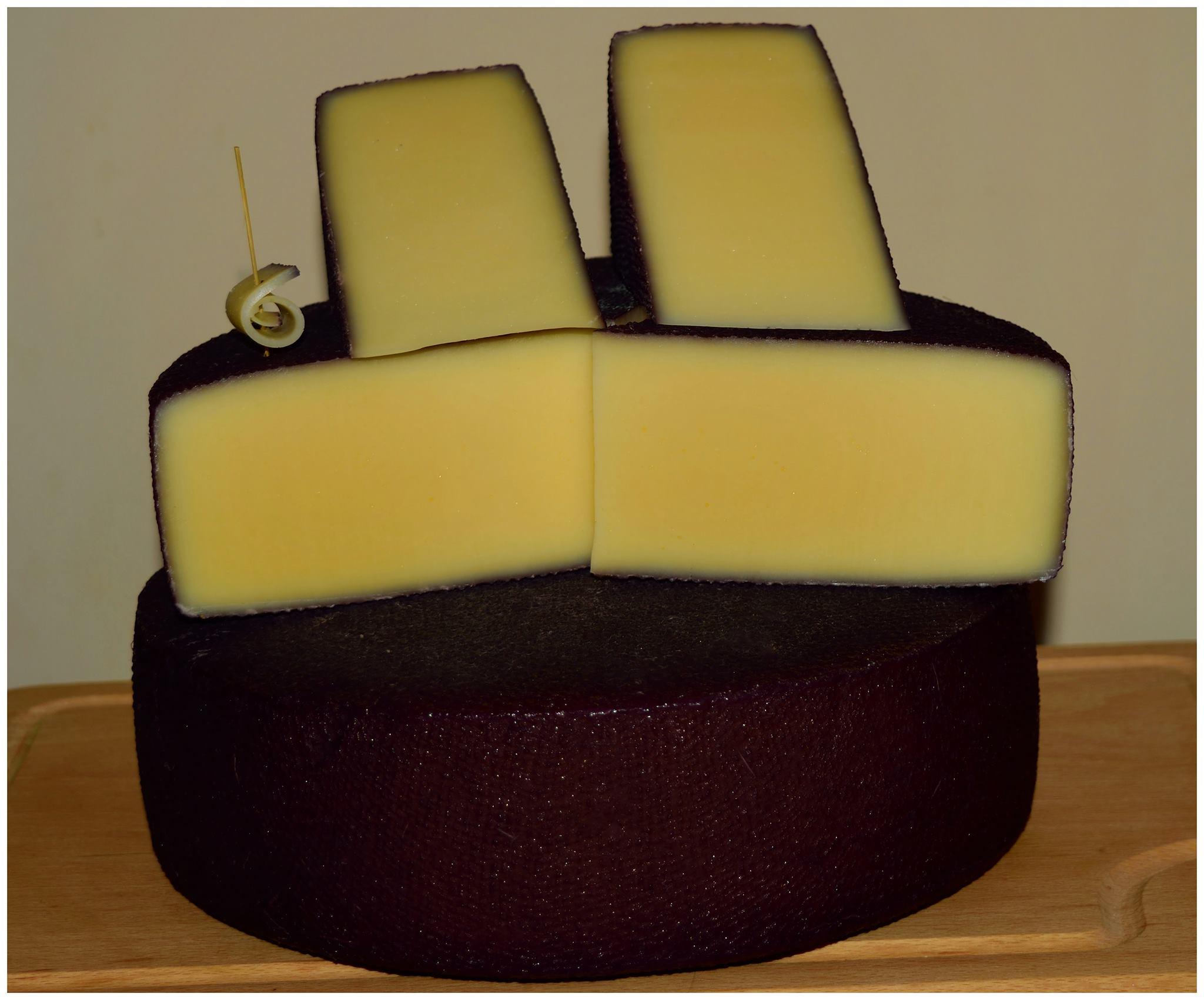vörösborban érlelt sajt